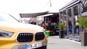 BMW X2 am Imbiss